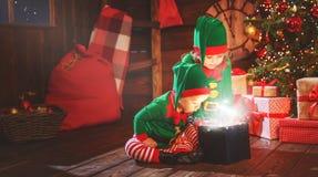 愉快的孩子兄弟和姐妹矮子,圣诞老人的帮手和Chri 免版税库存照片