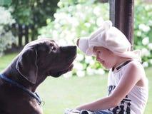 愉快的孩子和狗一起在自然 免版税库存照片
