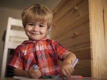 愉快的孩子图画 与五颜六色的记号笔的小男孩儿童图画 库存图片