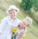 愉快的孩子在夏天公园 免版税库存图片