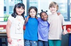 愉快的孩子在教室 Multirace概念 免版税库存照片