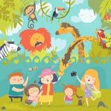 愉快的孩子在有野生非洲动物的动物园里 库存图片