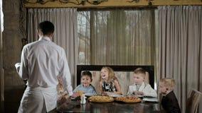 愉快的孩子在餐馆吃比萨 影视素材