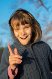 愉快的孩子女孩获得在步行的乐趣在秋天公园 免版税库存图片