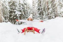 愉快的孩子室外在冬天 库存图片