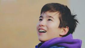 愉快的孩子微笑与括号 免版税库存图片