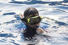 愉快的孩子潜航的面具在水暑假 免版税库存照片