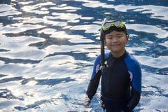 愉快的孩子潜航的面具在水暑假 库存图片