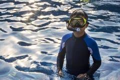 愉快的孩子潜航的面具在水暑假 免版税库存图片