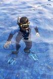 愉快的孩子潜航的面具在水暑假 库存照片