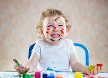 愉快的孩子用被绘的手 免版税库存照片