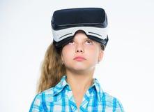 愉快的孩子用途现代技术虚拟现实 学校学生的真正教育 得到真正经验 逗人喜爱的女孩 库存照片