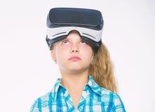 愉快的孩子用途现代技术虚拟现实 学校学生的真正教育 得到真正经验 逗人喜爱的女孩 图库摄影