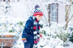 愉快的孩子男孩获得与雪的乐趣在冬天 图库摄影