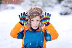 愉快的孩子男孩获得与雪的乐趣在冬天 库存图片