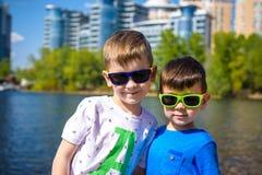 愉快的孩子画象在一个明亮的晴天 友谊 您系列节日快乐的夏天 免版税库存照片