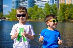 愉快的孩子画象在一个明亮的晴天 友谊 您系列节日快乐的夏天 免版税库存图片