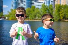 愉快的孩子画象在一个明亮的晴天 友谊 您系列节日快乐的夏天 库存图片
