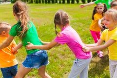 愉快的孩子获得乐趣在夏令营 免版税库存图片