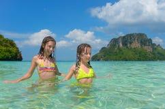愉快的孩子获得乐趣在海 免版税库存照片