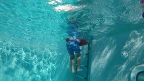 愉快的孩子获得乐趣在蓝色清楚的水池 股票录像