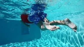 愉快的孩子获得乐趣在蓝色清楚的水池 股票视频