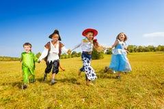 愉快的孩子跑的佩带的服装在公园 图库摄影