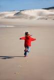 愉快的孩子运行中 免版税图库摄影