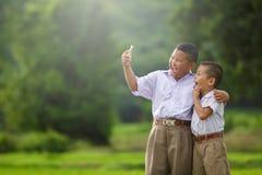 愉快的孩子采取selfie 免版税库存照片