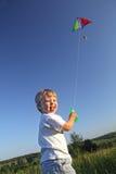 愉快的孩子飞行风筝 免版税库存图片