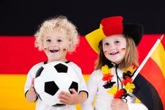 愉快的孩子,德国橄榄球支持者 库存图片