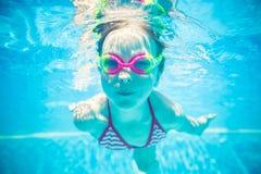 愉快的孩子水下的画象  免版税库存图片