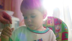 愉快的孩子画与在阳光的一把刷子 股票视频