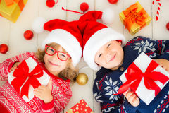愉快的孩子画象有圣诞节装饰的 免版税库存图片