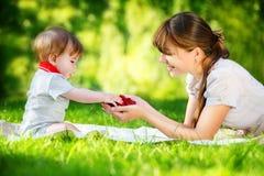 愉快的家庭、妈妈和小儿子获得乐趣在公园 Raspber 库存图片