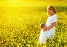 愉快的家庭、怀孕的母亲和女儿小孩summ的 免版税库存照片