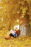 愉快的家庭、走在秋天的母亲和孩子晒干 免版税库存照片