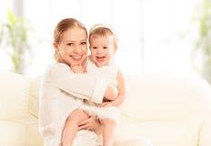 愉快的家庭。母亲和小女儿戏剧,拥抱,亲吻 免版税库存照片