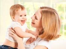 愉快的家庭。母亲和小女儿笑和拥抱 免版税库存照片