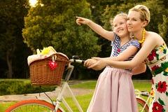 愉快的家庭。美丽的妇女和女孩微笑。母亲节 免版税库存图片