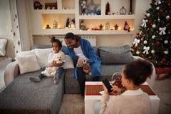 愉快的家庭一起为圣诞节在家 库存照片