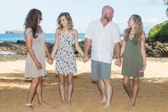 愉快的家庭一起在海滩 免版税库存图片