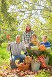 愉快的家庭与在菜园里 免版税库存图片