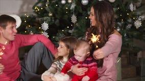 愉快的家庭使用与闪闪发光 股票视频
