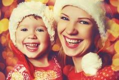 愉快的家庭使用在圣诞节的母亲和小女儿 免版税库存照片