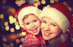愉快的家庭使用在圣诞节的母亲和小孩 库存图片