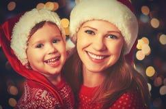 愉快的家庭使用在圣诞节的母亲和小孩 库存照片
