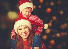 愉快的家庭使用在圣诞节的母亲和小孩 免版税库存照片