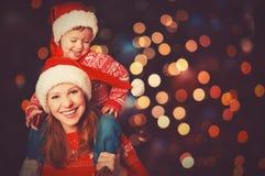 愉快的家庭使用在圣诞节的母亲和小孩 图库摄影