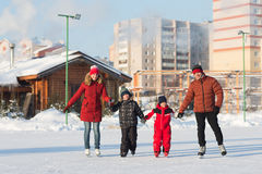 愉快的家庭冰鞋在冬天 库存照片